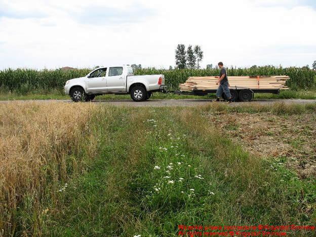 auto z drewnem