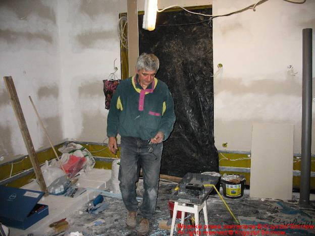 Główny Technolog budowy przemierza salon (na piechotę)