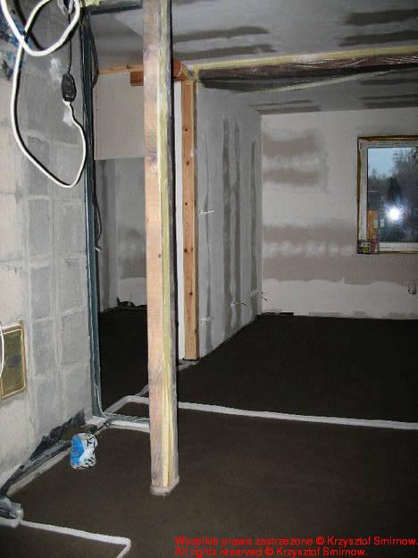 Wylewka w salonie, korytarzu i strefie kominka.