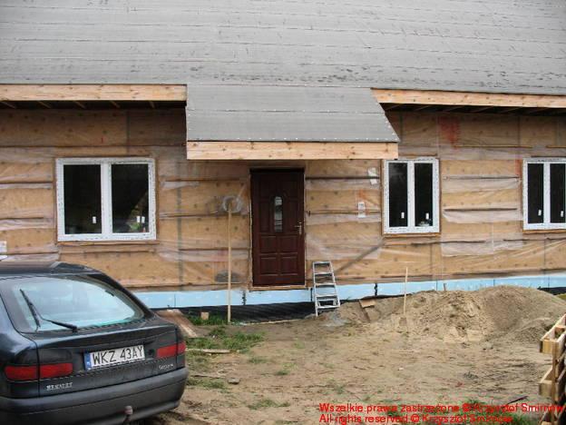 Dom z zamontowanymi drzwiami.