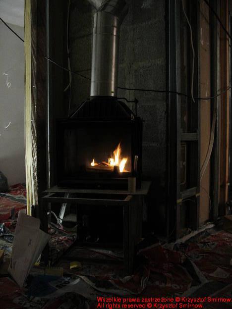 Kominek i ogień w kominku.