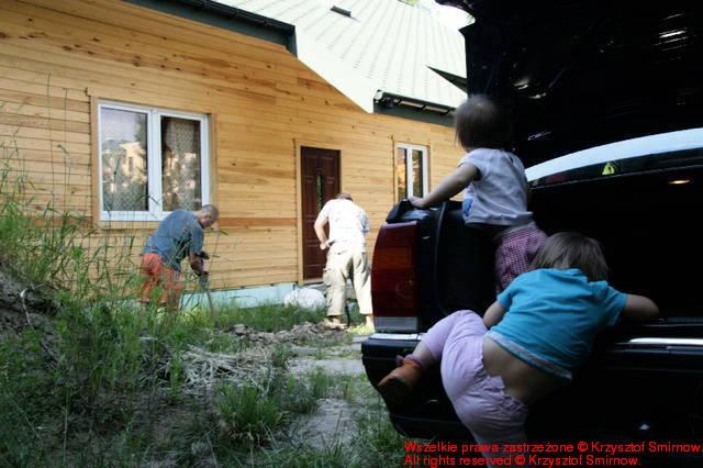 dzieci podglądają nas z ukrycia